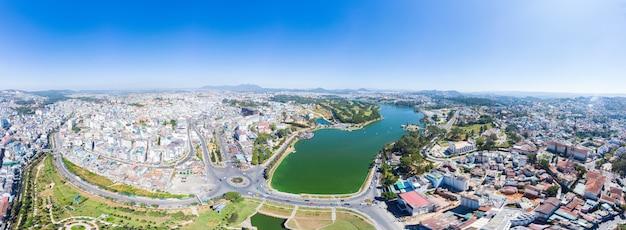 Vista aerea di bella destinazione di turismo della città del lat in altopiani centrali vietnam. cielo blu chiaro. parchi verdi e lago della città. Foto Premium