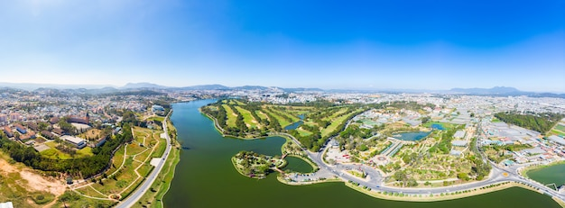 Vista aerea di bella destinazione di turismo della città del da lat in altopiani centrali vietnam. cielo blu chiaro. sviluppo urbano, parchi verdi città lago. Foto Premium
