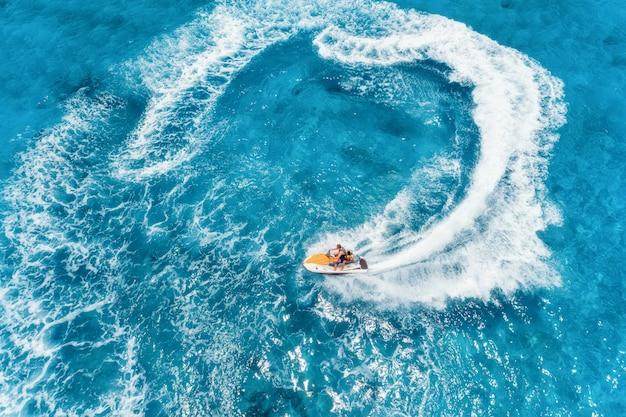 Vista aerea di acquascooter galleggiante in acqua blu al giorno soleggiato di estate Foto Premium