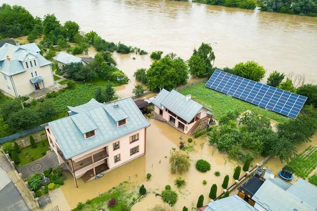 Vista aerea della casa allagata con acqua sporca tutt'intorno. Foto Premium