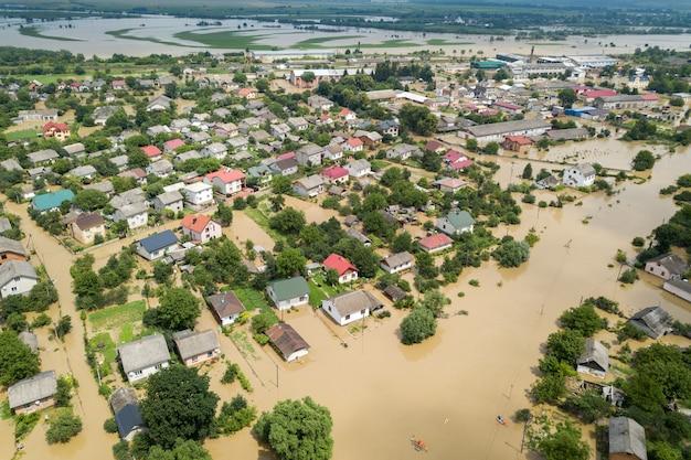 Vista aerea delle case sommerse con acqua sporca del fiume dnister nella città di halych, ucraina occidentale. Foto Premium