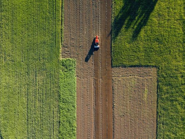 Vista aerea dal drone, vista a volo d'uccello di campi agricoli attraversati da una strada Foto Premium