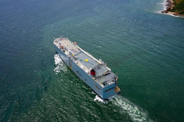 Vista aerea della grande nave da trasporto roro veicolo che naviga sul mare verde Foto Premium