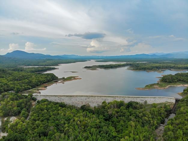 Vista aerea della diga e del bacino idrico di mae jang, tailandia Foto Premium