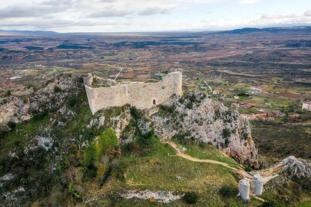 Vista aerea del castello e del villaggio di poza de la sal a burgos, castiglia e leon, spagna. Foto Premium