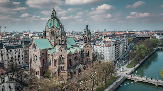 Vista aerea della chiesa di san lukas a monaco di baviera, germania. Foto Premium