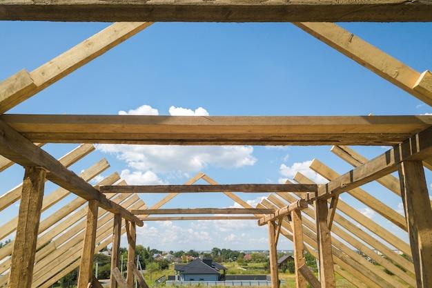 Vista aerea della casa non finita con struttura del telaio del tetto in legno in costruzione. Foto Premium