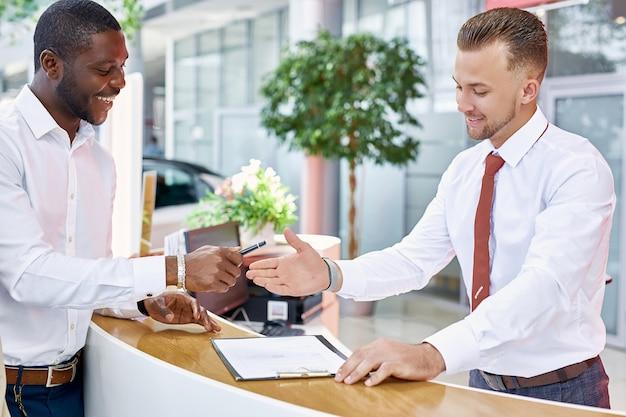 Affabile amichevole consulente parla con il cliente Foto Premium