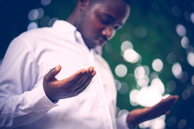 Uomo africano che prega per grazie a dio. Foto Premium