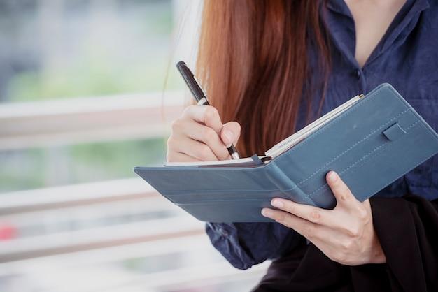Agenda della donna pianificatore programma e organizza appuntamento Foto Premium