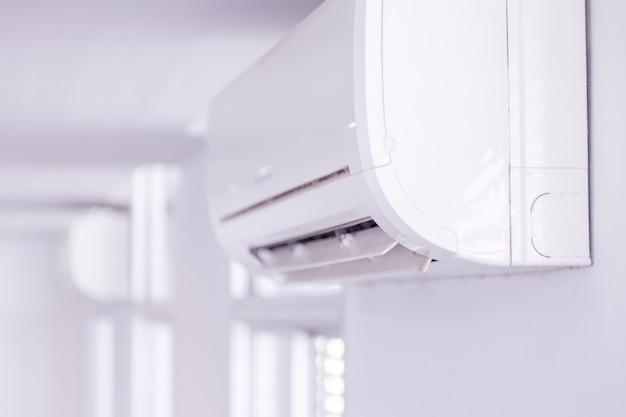 Condizionatore d'aria all'interno della stanza Foto Premium