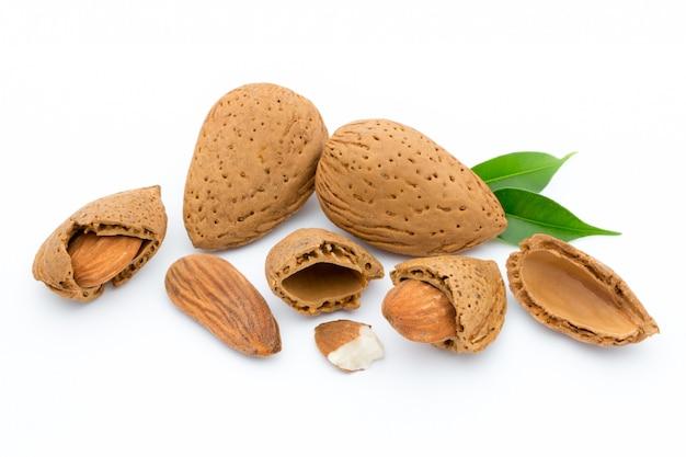 Mandorle con foglie isolati su sfondo bianco Foto Premium