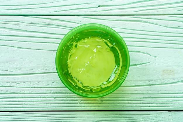 Gel di aloe vera con aloe a fette su legno Foto Premium