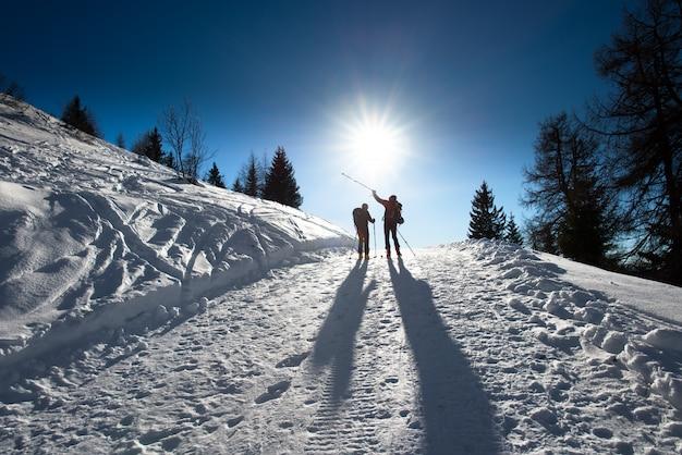 Sciatori alpini in salita Foto Premium