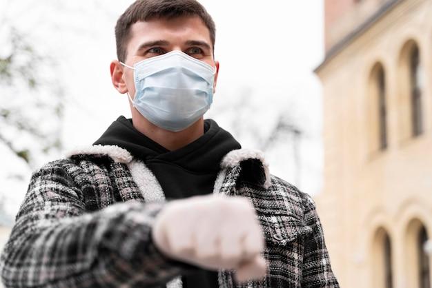Saluti alternativi uomo pugno urti con i guanti Foto Premium