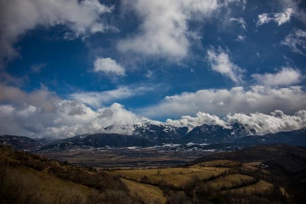 Incredibile paesaggio di montagne contro il cielo Foto Premium