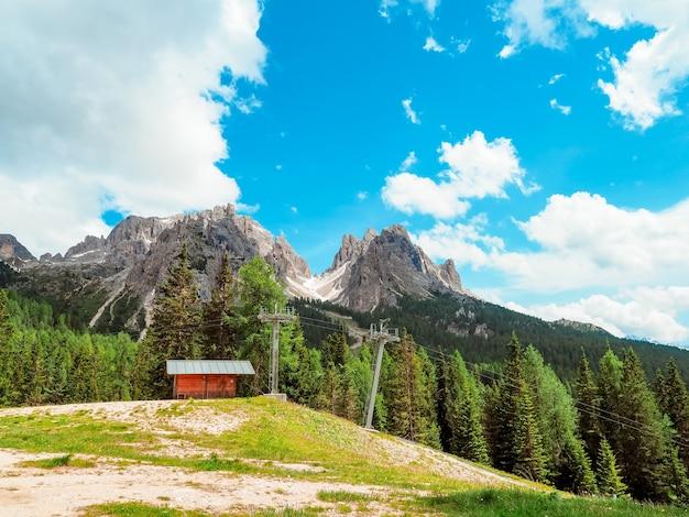 Incredibile panorama del paesaggio estivo di montagna nelle dolomiti in italia Foto Premium