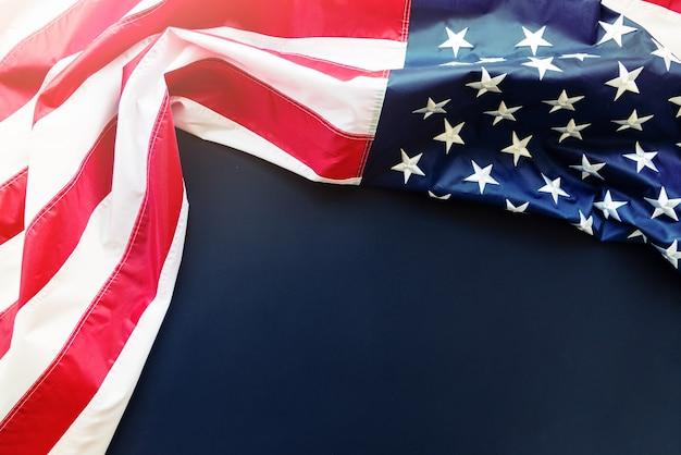 Bandiera americana su sfondo blu con copia spazio Foto Premium