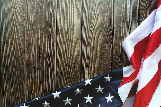 Bandiera americana su sfondo di legno con copia spazio Foto Premium