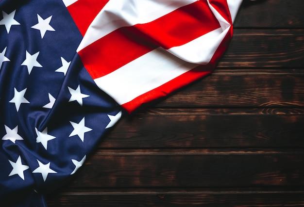 Bandiera americana sulla tavola di legno con lo spazio della copia. Foto Premium