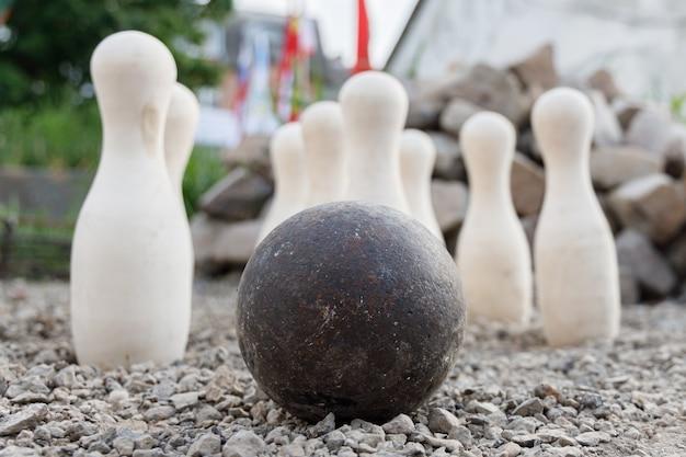 Antica palla di metallo di piedini bianchi in piedi Foto Premium