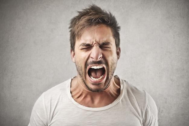 Uomo arrabbiato che grida Foto Premium