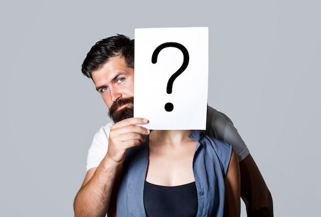 Donna anonima, sbirciando dietro il simbolo dell'interrogatorio. donna in incognito. uomo una domanda, anonimo Foto Premium