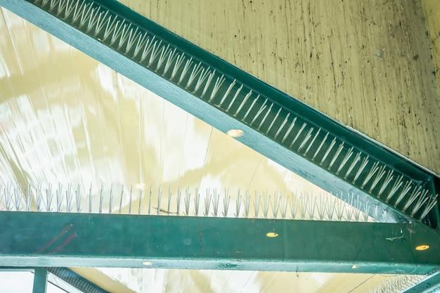 Anti picchi di uccelli sulla struttura dell'edificio Foto Premium