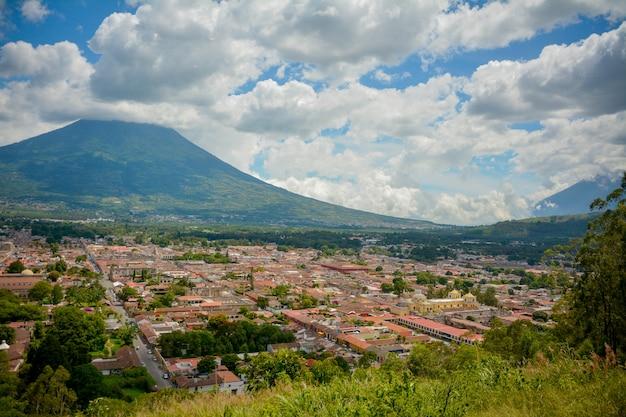 Vista dell'antigua guatemala, vulcano come sfondo. Foto Premium