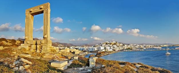 Rovine del tempio antico a naxos nelle cicladi Foto Premium
