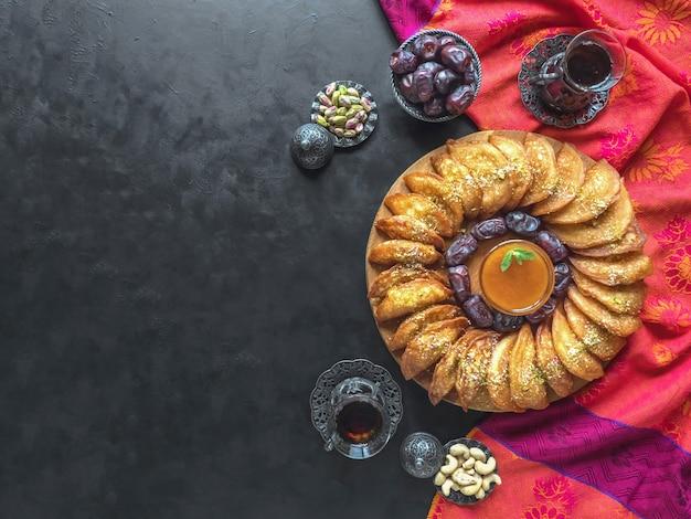 Dolci arabi. pancake arabo farcito con formaggio dolce e pistacchi sfondo Foto Premium