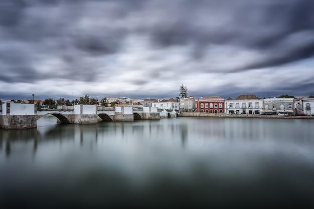 Ponte arabo nella città vecchia. prima della tempesta. tavira, portogallo. Foto Premium