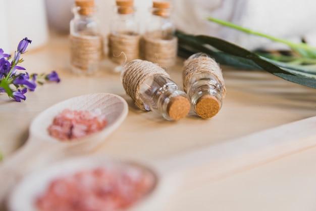 Sale aromatico vicino alle bottiglie Foto Premium