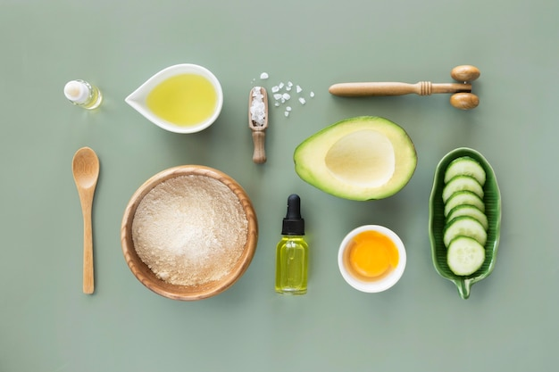 Disposizione dei prodotti di avocado e cetriolo Foto Premium