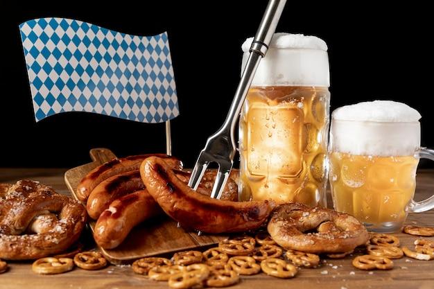 Disposizione degli snack bavaresi su un tavolo Foto Premium