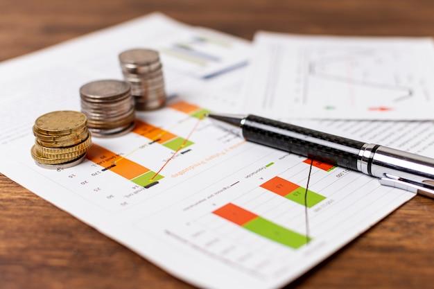 Disposizione di monete ed elementi di cartoleria Foto Premium
