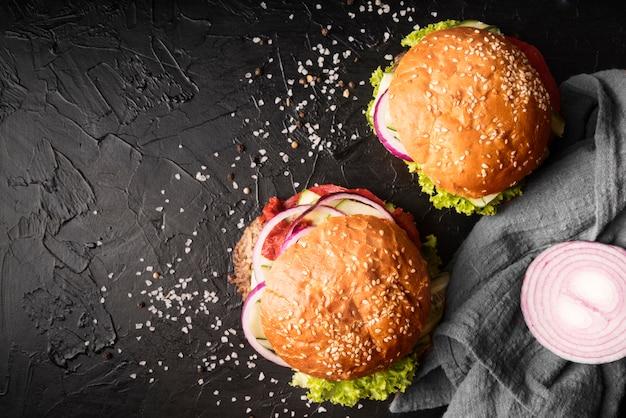 Disposizione di deliziosi hamburger con spazio di copia Foto Premium