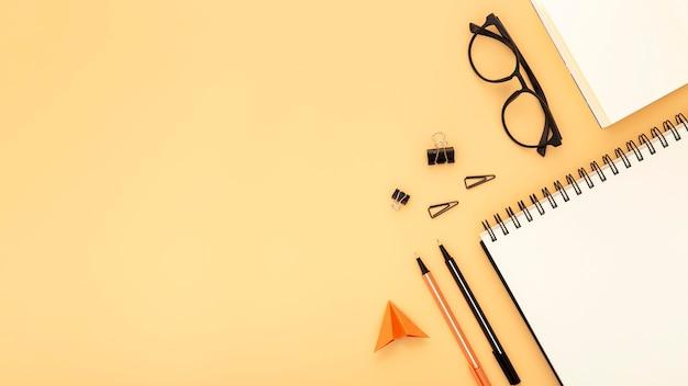 Disposizione degli elementi dello scrittorio con lo spazio della copia su fondo arancio Foto Premium
