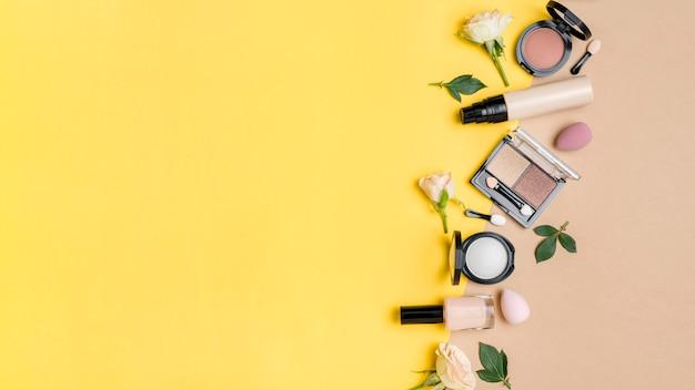 Disposizione dei diversi cosmetici con copia spazio su sfondo bicolore Foto Premium