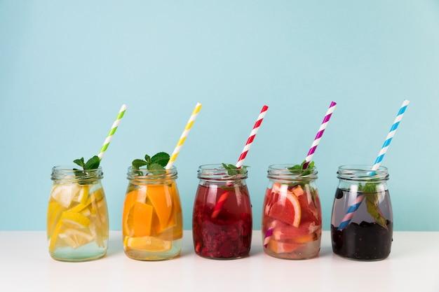 Disposizione del succo di frutta fresca con cannucce Foto Premium