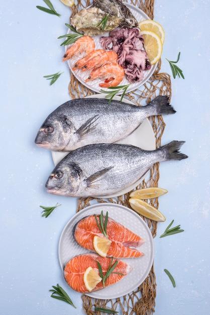 Disposizione dei frutti di mare freschi crudi Foto Premium