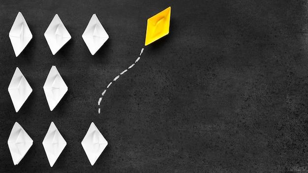 Disposizione per il concetto di individualità su sfondo nero con spazio di copia Foto Premium