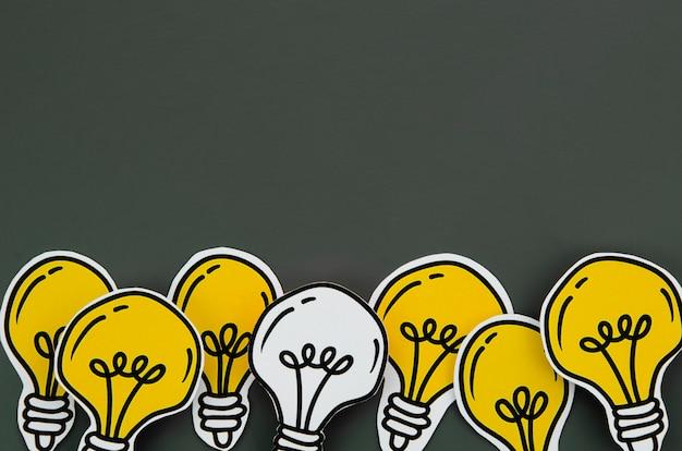 Disposizione del concetto di idea della lampadina su fondo nero Foto Premium