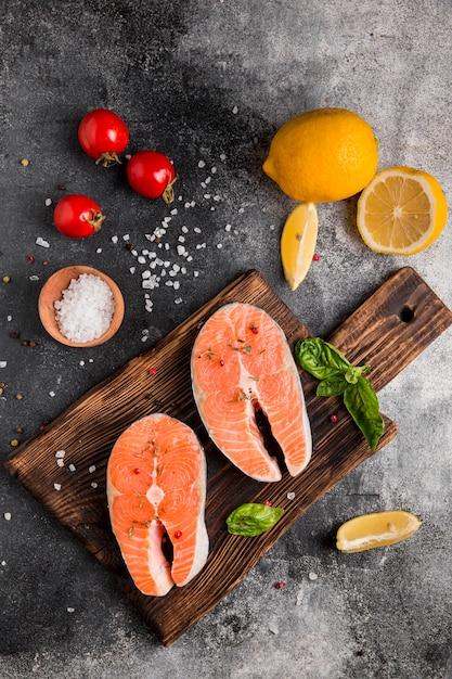 Disposizione di verdure e pesce salmone vista dall'alto Foto Premium