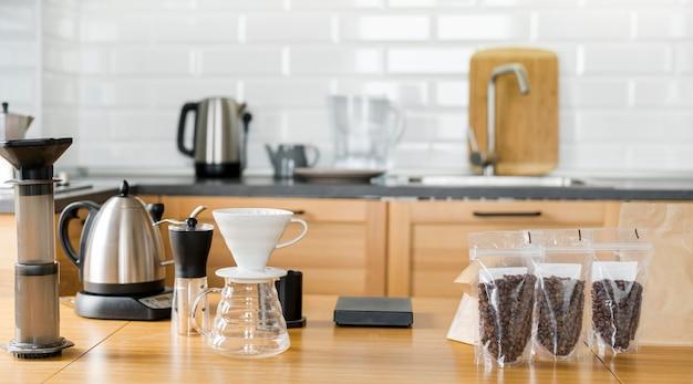 Disposizione con chicchi di caffè e macchina Foto Premium