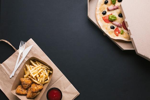 Disposizione con pizza, croccante e copia-spazio Foto Premium