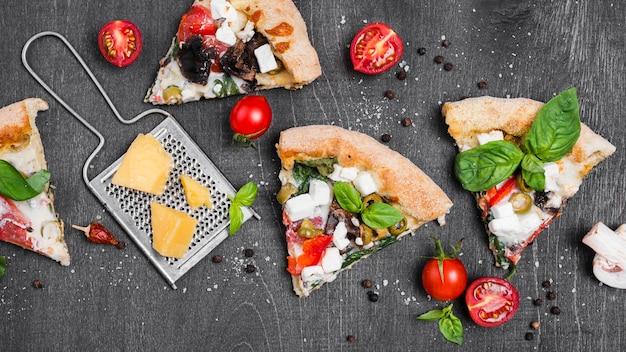 Disposizione con fette di pizza e formaggio Foto Premium