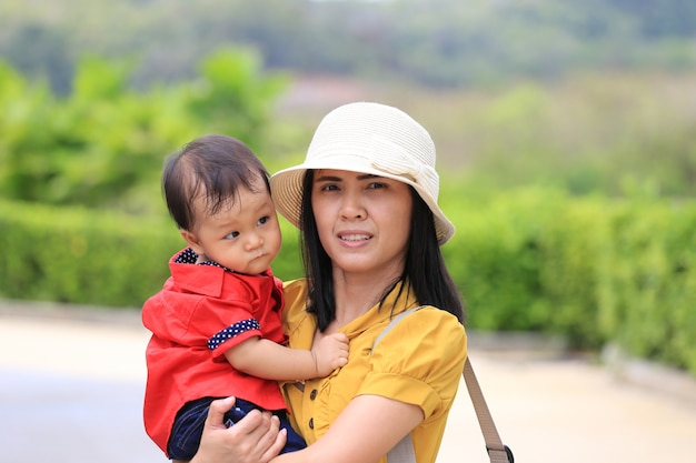Il bambino asiatico viaggia con sua madre in vacanza. Foto Premium