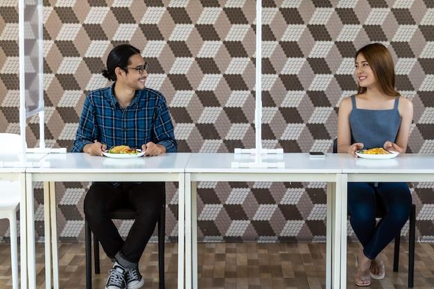 Coppie asiatiche che mangiano fuori al nuovo ristorante normale Foto Premium