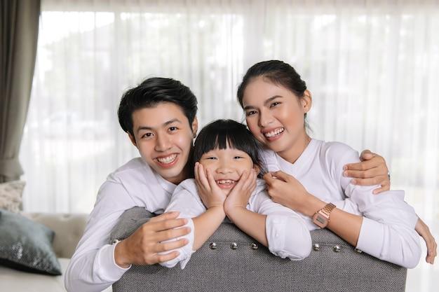 Ritratto di famiglia asiatica con gente felice che sorride al mio concetto di casa. Foto Premium